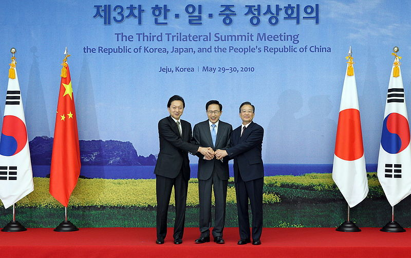 KOCIS_Korea-Japan-China_trilateral_summit_meeting_(4649784748).jpg